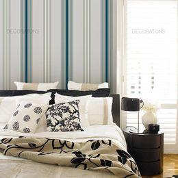 papel-de-parede-listrado-vertical-cinza-com-azul-e-branco